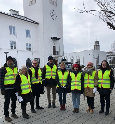 Representanter for Bærum kommune foran rådhuset